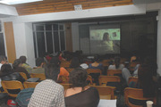 Estudiantes observando documental